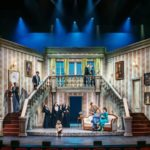 piesa de teatru, interior castel, scari, balustrada, butaforii