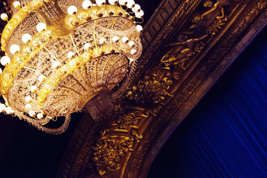 candelabru lumini calde, sistem iluminare teatru