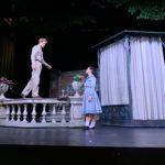 barbat pe balustrada, actori pe scena, recuzita teatru, propsuri spectacol