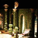 coloane si pat, ochi gigant si ureche gigant, decoruri teatru, decor burhgezul gentilon, concept altax