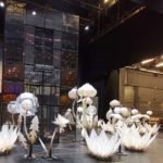 recuzita spectacol teatru, flori albe