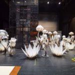 decor spectacol teatru, flori albe