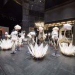 flori albe, decor scena, decor teatru, butaforie, props
