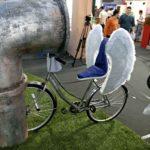 bicicleta cu aripi albe, tricicleta, decor teatru