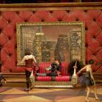 tapet rosu, tablou, canapea, props teatru, recuzita, scenografie