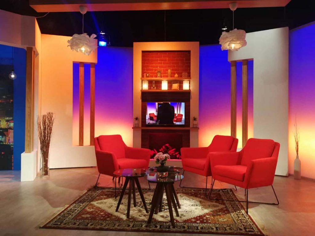 decor Nadine TVR decor studio perete semineu