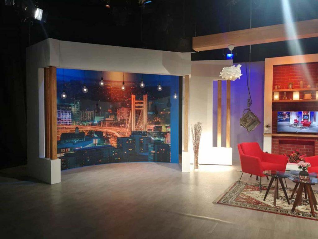 decor emisiune Nadine TVR studio tv peisaj