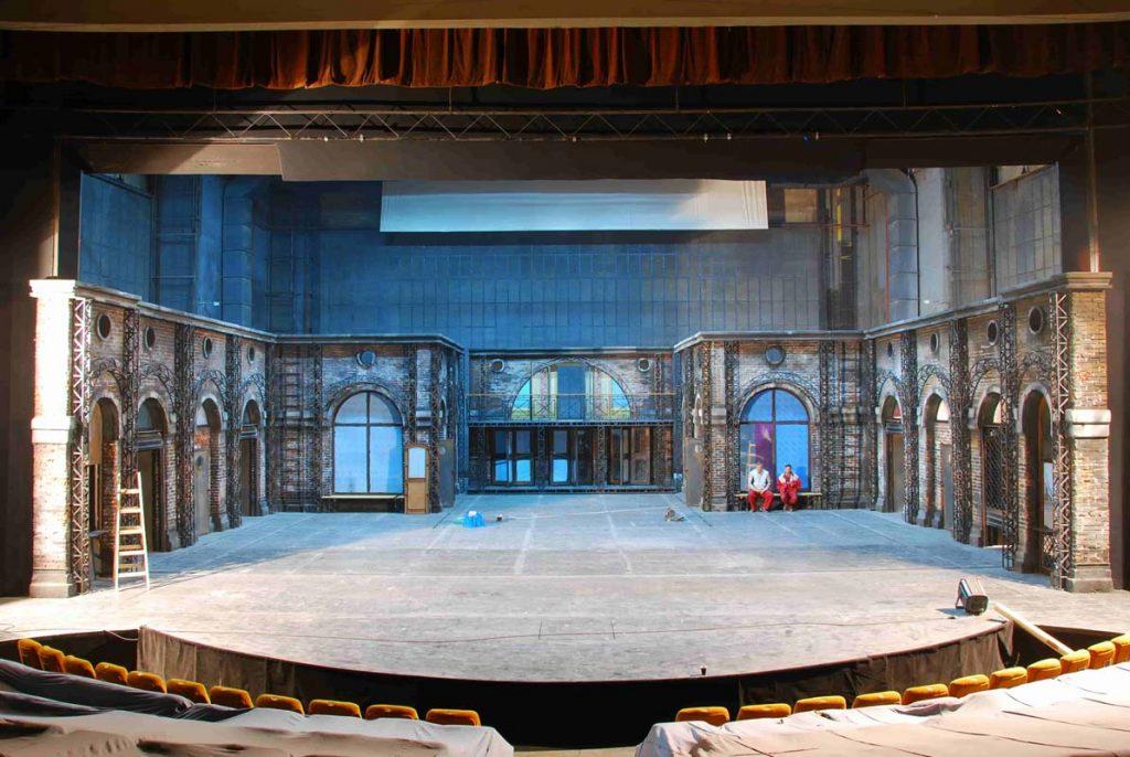 decor teatru Vizita batranei doamne - TNB - decor vechi pereti teatru