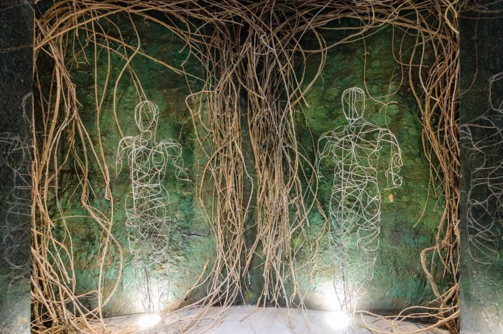 bitaforii - decor din liane - siluete barbat si femeie din liane