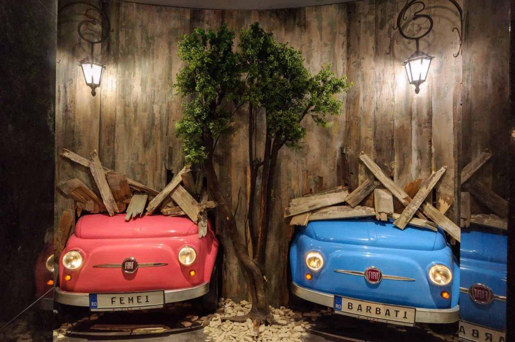 butaforii - masini fiat in perete - ros si albastru - barbat si femeie
