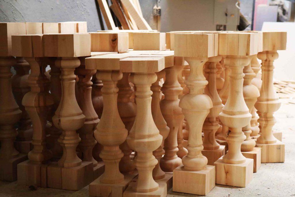 tamplarie teatru - coloane din lemn sculptate